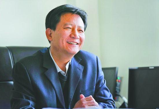 北大毕业的李本海 人过五十再学艺 记者郭尧 摄