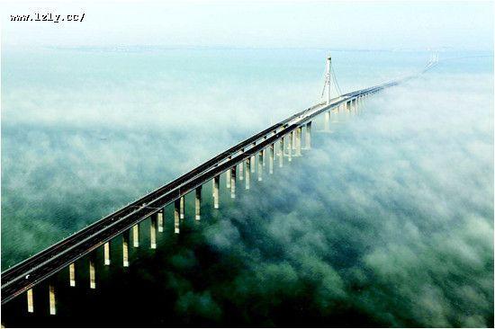 看世界上最长的跨海大桥,在海湾上飞驰。   青岛海湾大桥又称胶州湾跨海大桥,是国家高速公路网G22青岛到兰州高速公路的起点段,是山东省 五纵四横一环公路网上框架的组成部分,是青岛市规划的胶州湾东西两岸跨海通道一路、一桥、一隧中的一桥。起自青岛主城区海尔路经红岛到黄岛,大桥全长36.