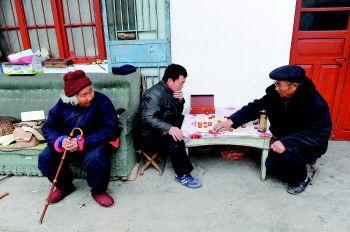 儿子(右)跟街坊下棋时,老人很喜欢当观众,观棋而不语。