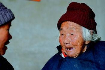 李殷氏喜欢跟村里的老伙伴们唠唠嗑。