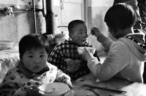 虽然自己还是个孩子,五胞胎们的姐姐蒋潇然已经担负起了照顾弟弟妹妹的任务