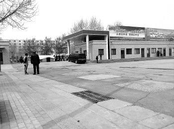 26日,在位于粟山的济南市殡仪馆院内,每天接送和停放遗体的车辆,并非都是民政部门许可的专用车辆。本报记者 张榕博 摄
