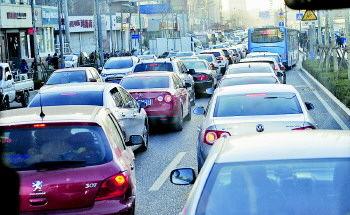 3月14日是一个周五,下午5点,济南文化东路上大批车辆拥堵在一起。