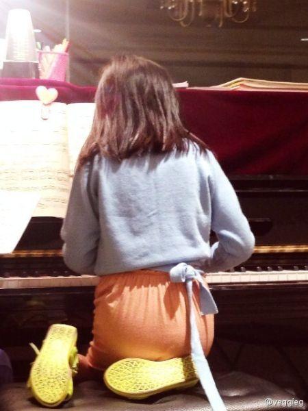 李嫣独创跪着弹钢琴