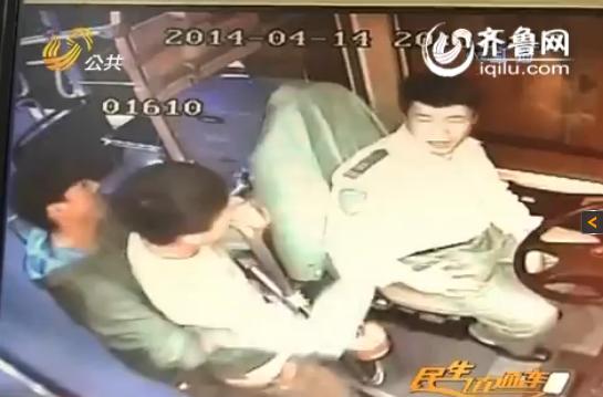 刘师傅被打监控画面(视频截图)