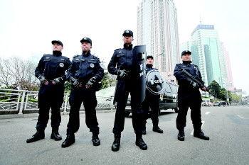 5名全副武装的ptu队员在青岛的大街上巡逻