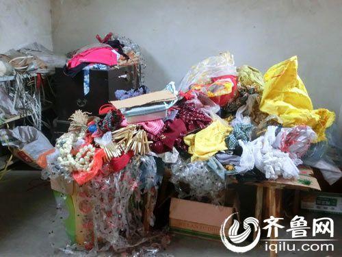 屋里废纸布头散落一地 床上堆满王守英的作品