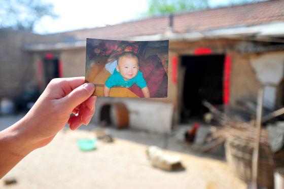 今年初,东营市东营区龙居镇三里村的3岁孩子李润旭被查出患有白血病,而此前他的父亲刚做了脑瘤切除手术,这让一家人负债累累。在村支书李绍光的号召动员下,该村全体老少自发为其捐款,共筹集善款5万余元。8日上午,李绍光将爱心捐款送到了小润旭家人手中。   爸爸刚切除脑瘤儿子患白血病 全家负债累累   李润旭的父亲李帅帅去年9月刚做完脑瘤手术,手术几乎花光了家里的所有积蓄。医生叮嘱他术后1-2年内不能承担过重的体力劳动,以免旧病复发。因此,妻子的收入成为全家唯一的经济来源。润旭的妈妈以前在超市做店员,工资不高,