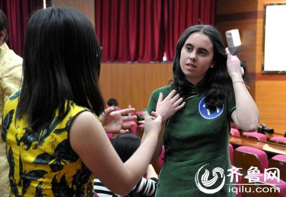 来自英国的林美枫,就读于中国海洋大学。林美枫喜欢佛教,曾在剑桥大学创办一个正念俱乐部。在比赛现场,大部分外国参赛的女学生都穿着中国旗袍,展现着中国女性的柔性美、含蓄美。(齐鲁网记者 满倩 摄)