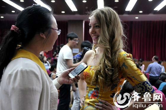 """这位""""龙袍""""加身的姑娘叫丽娜,来自俄罗斯,现就读于鲁东大学。丽娜可是个名副其实的90后,爱唱Rap,还曾参演过学校组织的""""汉语短剧表演""""的《霸王别姬》,她当时扮演的角色是虞姬。(齐鲁网记者 满倩 摄)"""