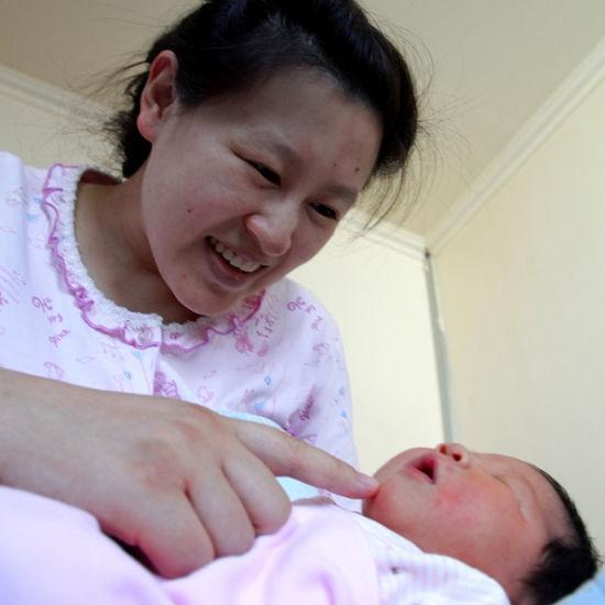 黄萍萍和刚出生的宝宝