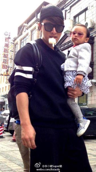 贾乃亮抱着女儿