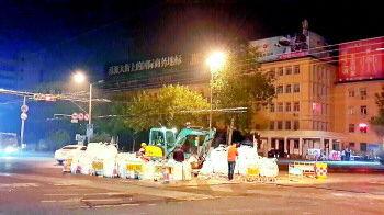 济南和平路再次开挖造成拥堵 负责人:连接电缆