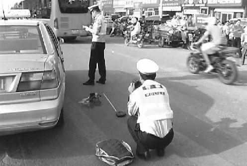 21日,事故发生后,交警在现场勘查。 记者高歌 摄