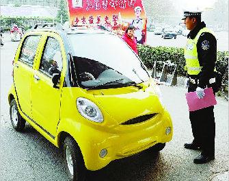 """民警正在对""""老年代步车""""的驾驶人进行宣传教育。(资料照片)"""