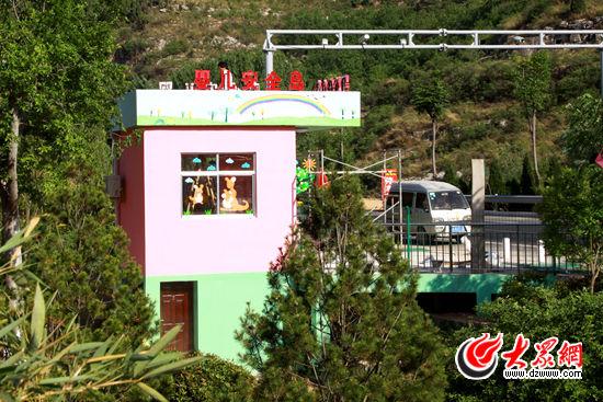 """""""弃婴岛""""一层位于济南市儿童福利院院内,二层位于S103省道边。记者 王长坤 摄"""