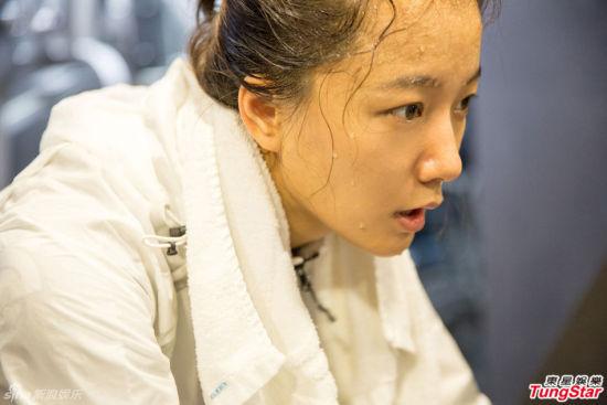 王珞丹为电影《破风》苦练 为增加大腿肌肉更像车手