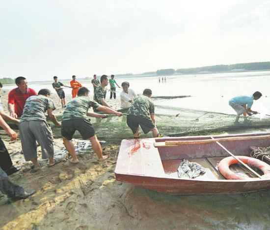 ▲ 救援人员正在打捞本版照片均由记者高歌摄