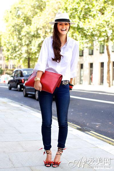 搭配:长袖白衬衫 + 紧身牛仔裤