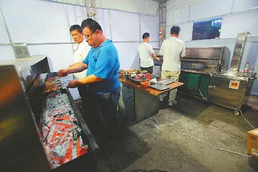 济南烧烤摊禁令第一晚:烧烤炉进屋 营业额翻倍