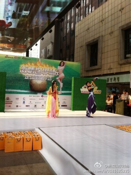 来自山东大学的两位美女展示Cosplay走秀