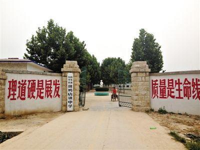7月3日,事发的斑鸠店镇中学。附近村民称,常有社会车辆停在校门口诱骗女生。
