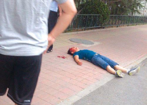 图为被群众合力围捕到的行凶男子正躺在地上。微博截图。