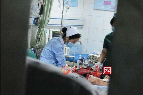 医护人员紧急抢救。本报记者 周青先 摄