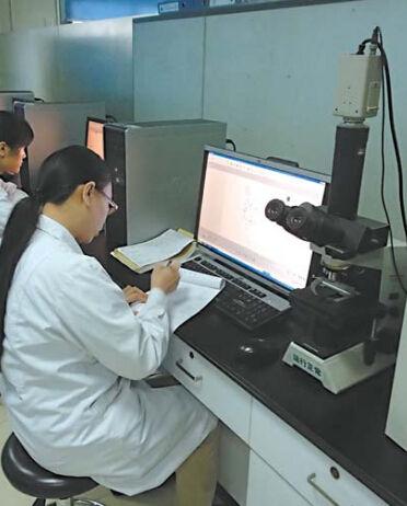 在市妇幼保健院产前筛查和诊断中心实验室,工作人员正对各种样本进行检测。