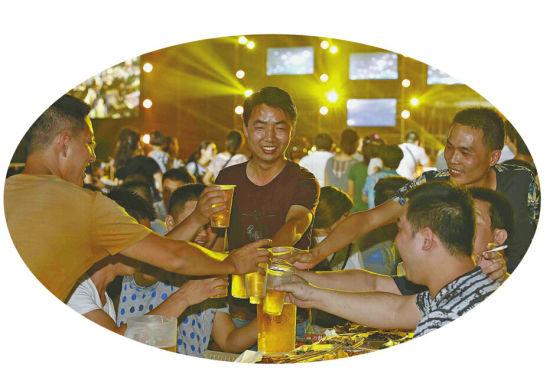 啤酒节上尽享清凉盛宴。