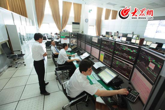 济南铁路局高铁调度中心,调度员正在密切关注高铁运行情况