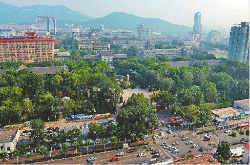 7月16日,山东师范大学老校区内郁郁葱葱,风景宜人。 记者黄中明 摄