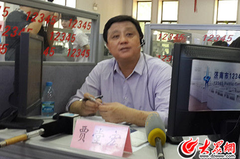 济南市卫生局局长贾堂宏接听市民来电。(记者 张娜 摄)