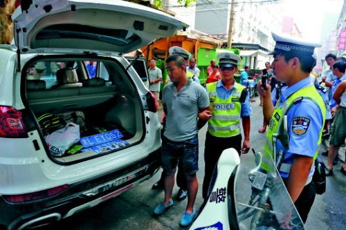 车内查获疑似毒品和吸毒工具。警方供图