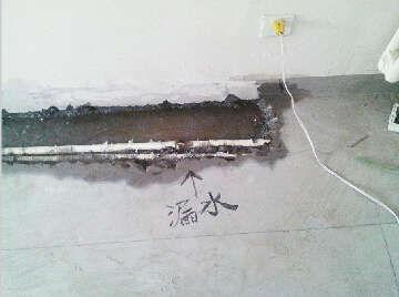 """房主在墙壁空鼓处写上""""空""""字。"""