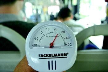 17日中午1点45分左右,记者在BRT2路公交车上测得车厢内温度为26℃。 见习记者 王红星 摄