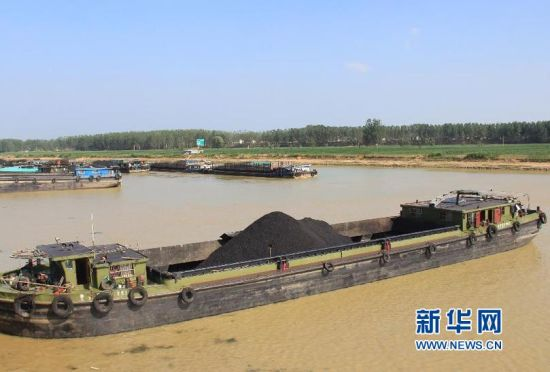 7月21日,多艘船只滞留在京杭运河山东枣庄台儿庄船闸远调站。(张严新 摄)