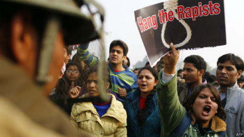 在校女童被强奸的新闻曝光后,数百名家长在学校外举行示威抗议。