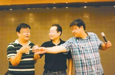 张强(左一)和毛先生(右一)在活动现场