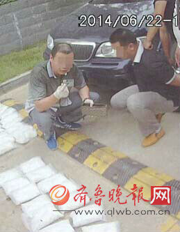 林峰被抓后指认毒品。