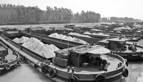 京杭大运河枣庄万年闸船闸因水位太低被迫关闭,23日,多艘船只滞留在枣庄台儿庄船闸。 本报记者李婷婷摄