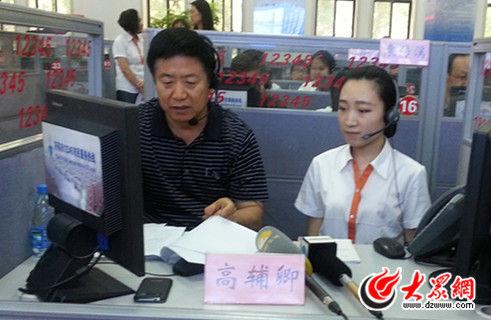 济南市畜牧兽医局局局长高辅卿接听市民来电(记者 张娜 摄)