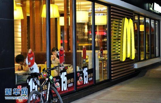 7月23日,顾客在位于济南市玉函路的一家麦当劳餐厅就餐。上海福喜被曝光存在严重食品安全问题后,济南市食药监局约谈了山东麦当劳(餐厅食品)有限公司、百胜餐饮集团中国事业部豫鲁市场济南办公室,要求两家企业立即开展自查并停售封存问题食品。经了解,两家公司均已要求旗下餐厅封存停用上海福喜提供的食品原料,同时在食药监局工作人员的监督下,济南市共25家麦当劳封存有关食品原料891公斤,17家必胜客封存有关食品原料336公斤,肯德基未使用。新华社记者徐速绘摄