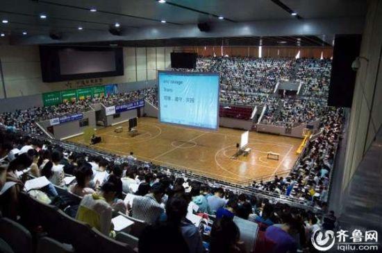 偌大的体育馆座区已经坐满学生,只有培训教师一个人坐在体育场中间,显得异常空旷。