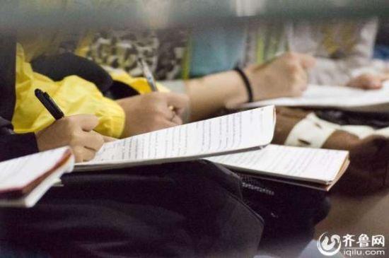 培训教师每讲一个要点,台上学生都会迅速做笔记记录下来。