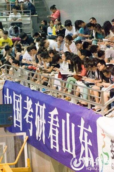 7月23日,济南皇亭体育馆,5000余名山东高校学生备战2015年研究生考试,利用暑期参加培训机构辅导。图为体育馆内侧,悬挂着激励性的宣传标语。