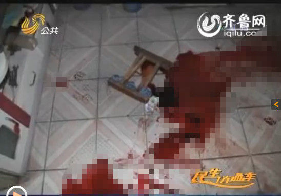 女婿用马扎打了于大妈,地上满是血迹。(视频截图)