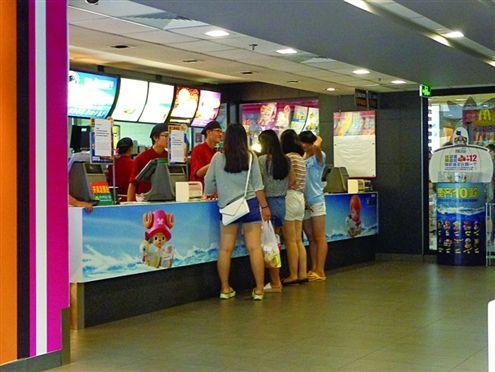 昨日下午6点左右,在山东济南历下区一麦当劳店内,虽是就餐时间但点餐的顾客并不多 记者李雨摄