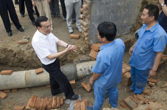 """总理与工人们亲切交谈(图片来源于新华社""""新华视点""""微博)"""