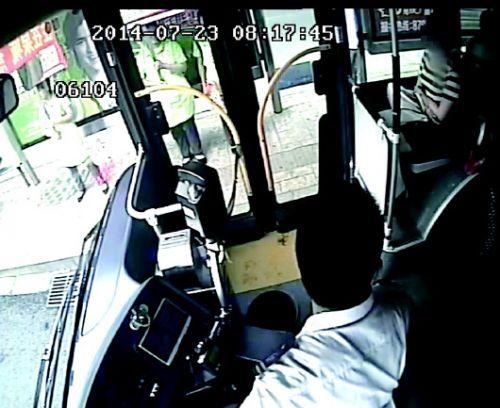 视频中显示,23日8点多,张明亮提醒年轻女乘客给老人让个座。